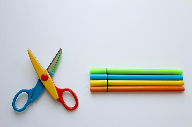 barevné tužky a nůžky