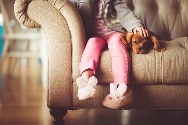 holčička s pejskem na gauči