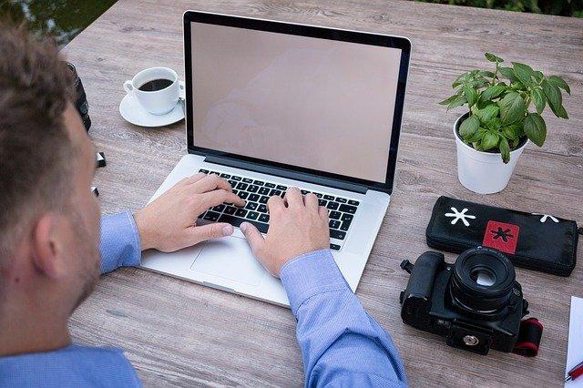muž a přenosný počítač.jpg