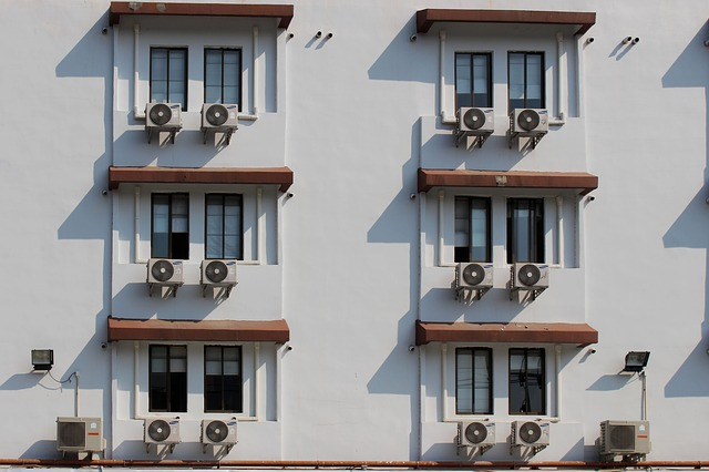 klimatizace pod okny.jpg