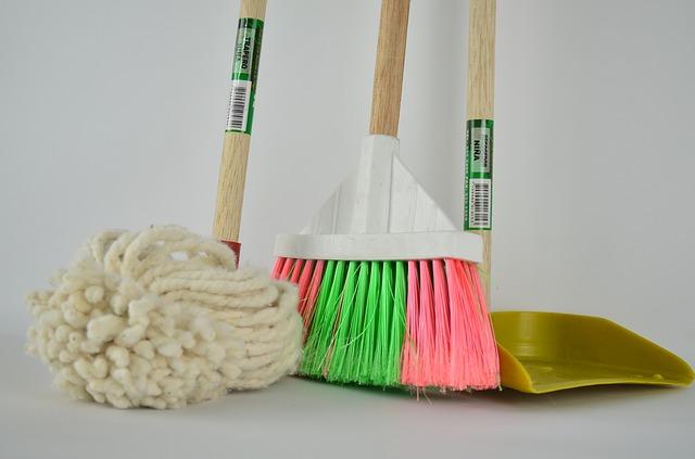 mop, lopatka na smetí a koště
