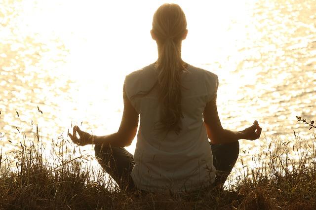 meditace na břehu